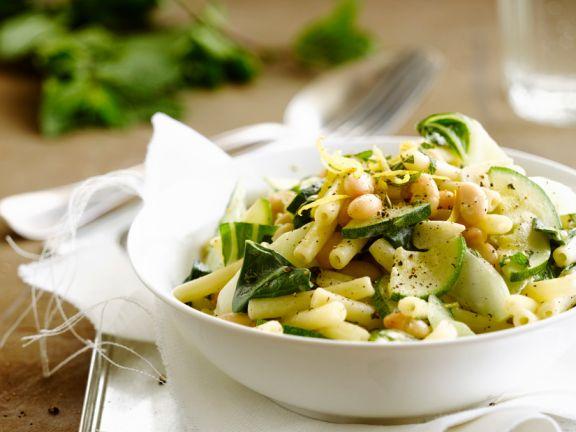 Pasta mit weißen Bohnen und Zucchini