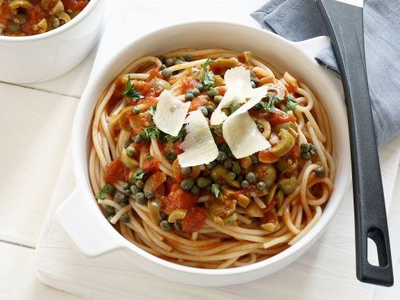 Pasta und würziger Soße aus Sizilien