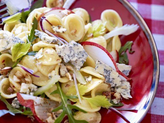 Pastasalat mit Blauschimmelkäse, Rucola und Nüssen