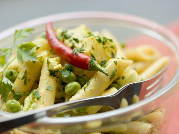 Pastasalat mit Curryerbsen