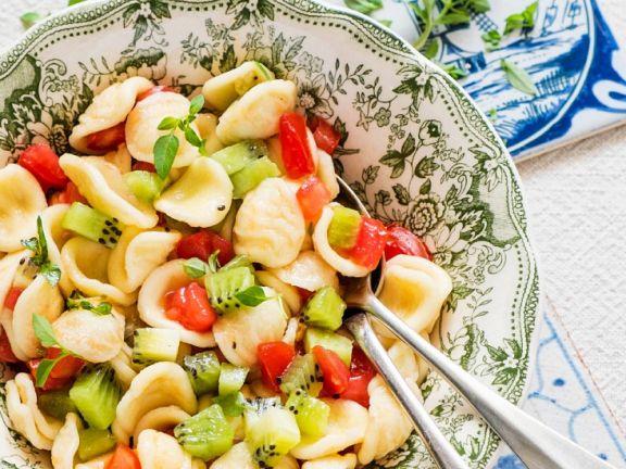 Pastasalat mit Kiwi und Tomate