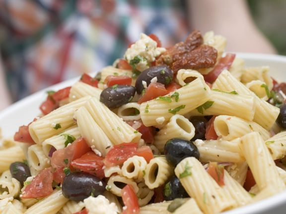 Pastasalat mit Oliven und Tomaten