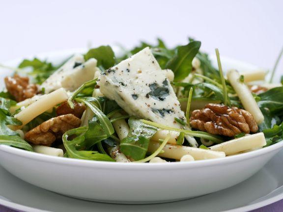 Pastasalat mit Rucola und Blauschimmelkäse