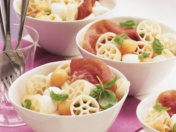 Pastasalat mit Schinken, Melone und Mozzarella