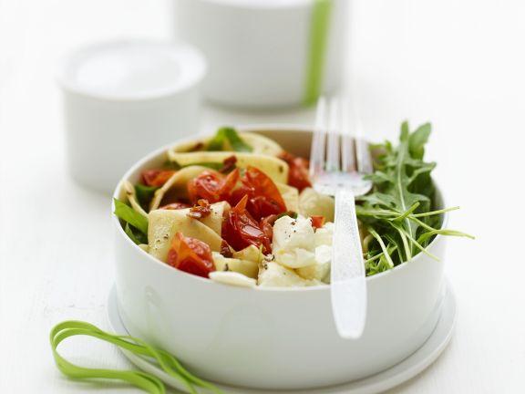 Pastasalat mit Tomaten, Ricotta und Rucola