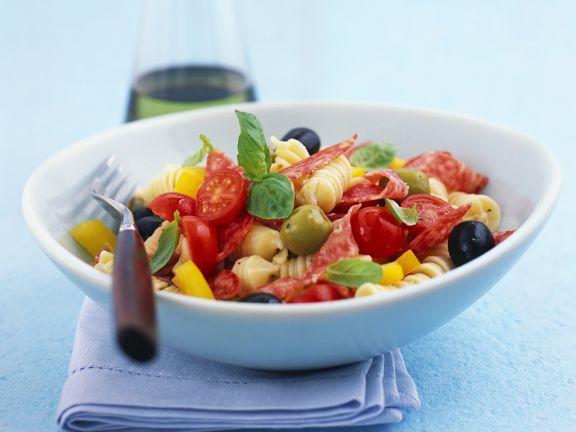 Pastasalat mit Wurst, Cherrytomaten und Oliven