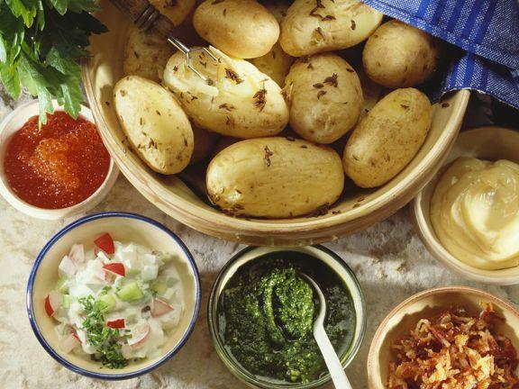 Pellkartoffeln mit Saucen und Salat
