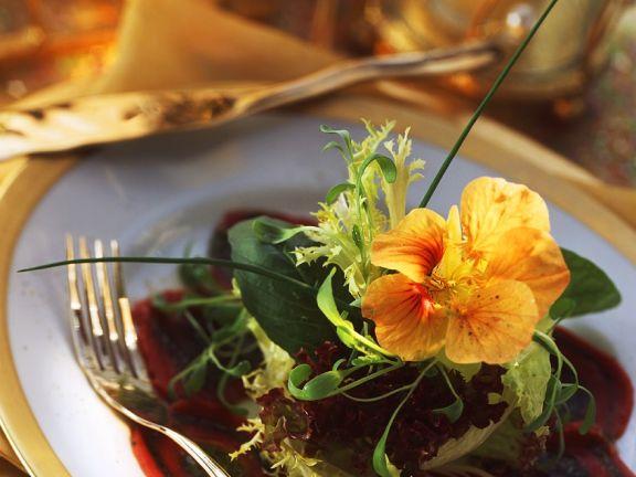 Pesto-Rinderfilet-Carpaccio mit Blattsalat