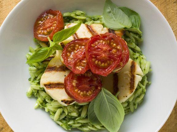 Pesto-Risoni mit Käse und Tomaten