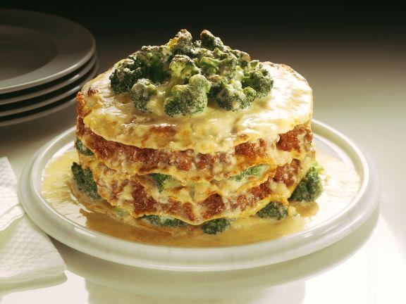 Pfannkuchen-Lasagne mit Hackfleisch und Brokkoli