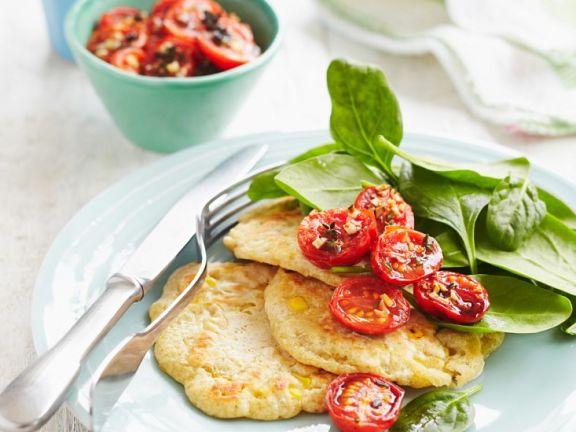 Pfannkuchen mit Maispüree und gebratenen Tomaten