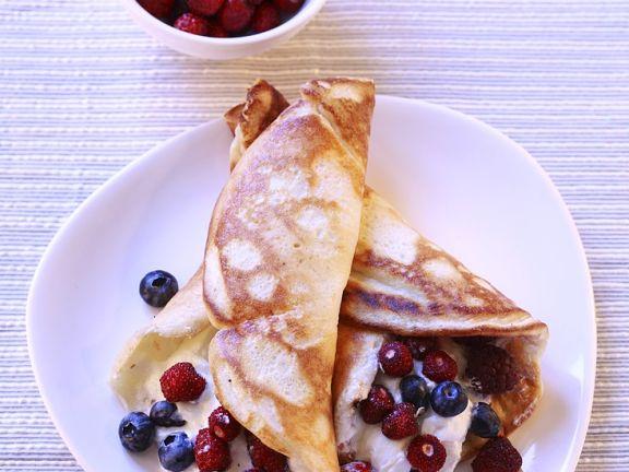 Pfannkuchen mit Sahne-Beeren-Füllung