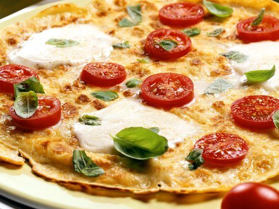 Pfannkuchen-Pizza mit Tomaten und Mozzarella
