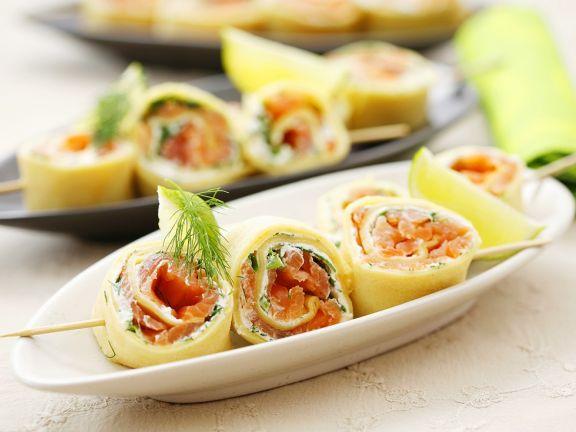 Pfannkuchen-Spießchen mit Lachs-Dillcreme