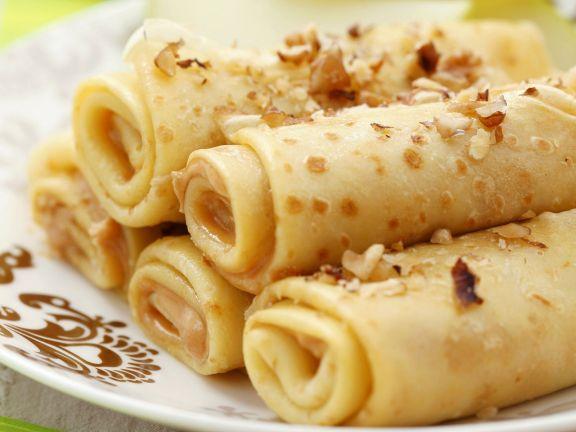 Pfannkuchenröllchen mit Apfel, Erdnussbutter und Nüssen