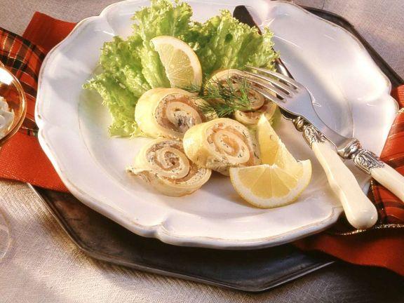 Pfannkuchenröllchen mit Lachs
