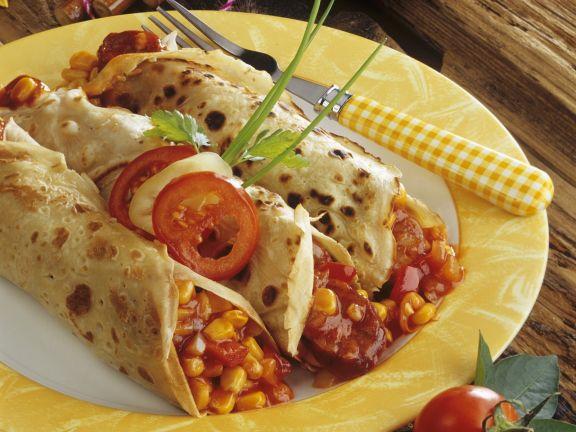Pfannkuchenröllchen mit Salami und Gemüse gefüllt