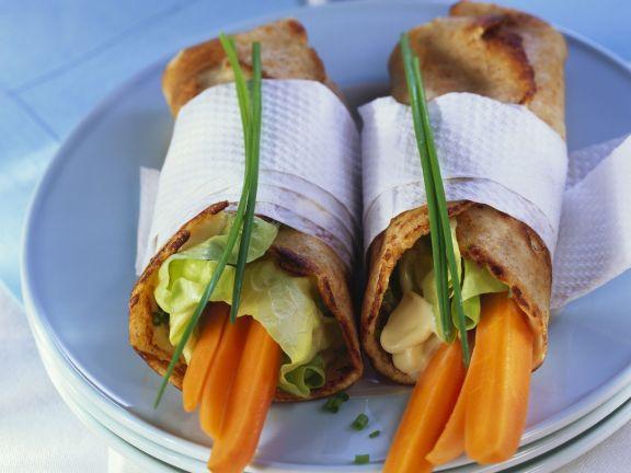 Pfannkuchenrollen mit Karotten und Schnittlauchaufstrich