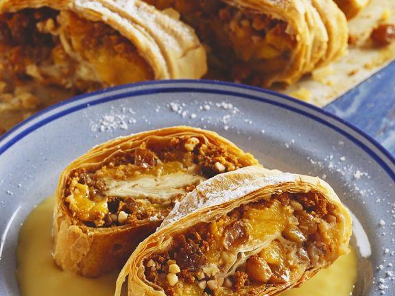 Pfirsich-Rosinen-Strudel mit Vanillepudding