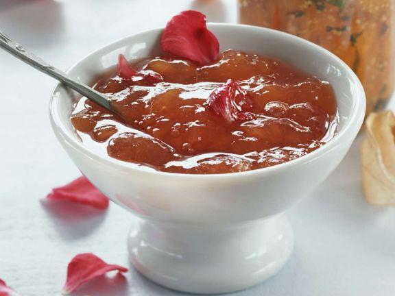 Pfirsichkonfitüre mit Rosenblütenblättern