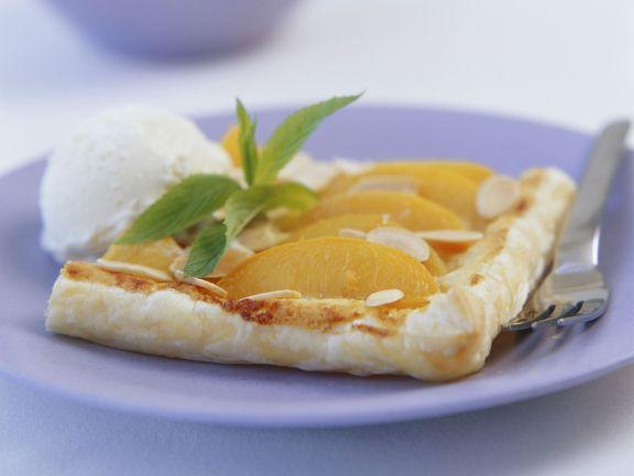 Pfirsichkuchen mit Mandeln und Eis
