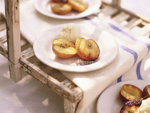 Pfrisiche vom Grill mit Vanilleeis und Lavendel
