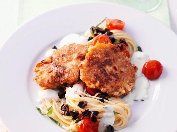 Piccata mit Tomaten, Nudeln und Oliven