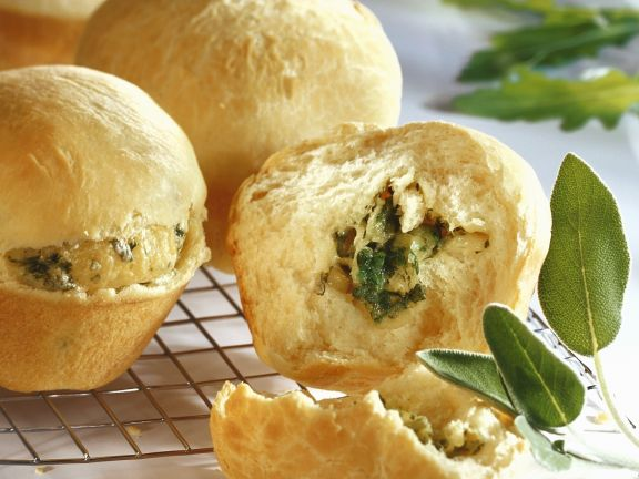 Pikante Muffins mit Käse-Kräuter-Füllung
