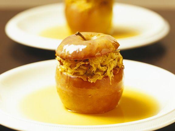 Pikanter Bratapfel mit Sauerkrautfüllung