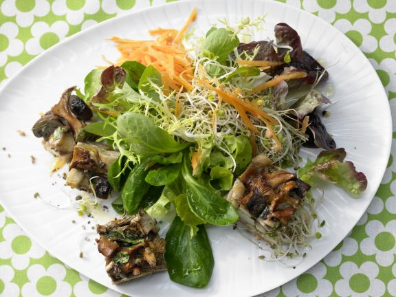 Pilz-Gratin auf Sprossensalat