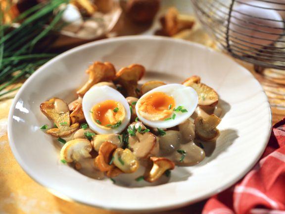 Pilzpfanne mit wachsweichen Eiern