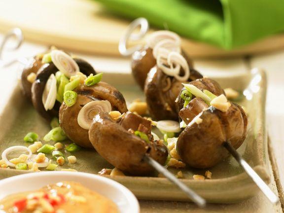 Pilzspieße mit Erdnusssauce