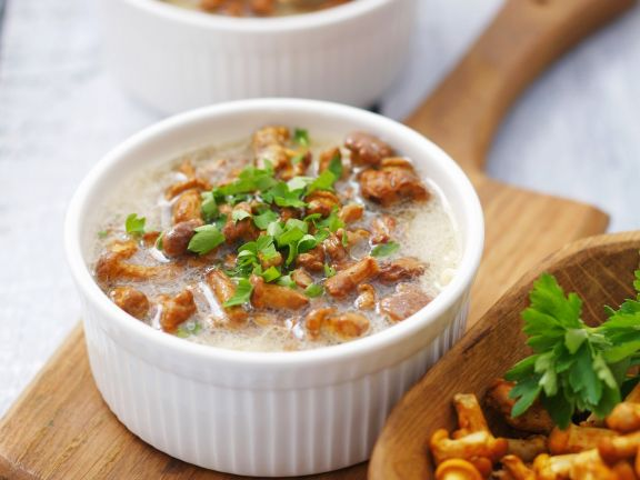 Pilzsuppe mit Sauerrahm und Petersilie
