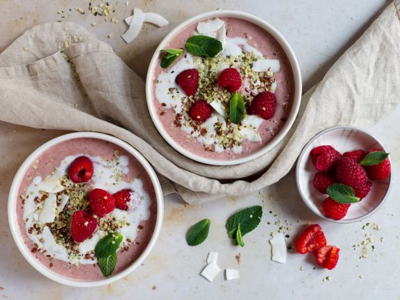 Pink-Smoothie-Bowl mit Kokos-Vanille-Swirl