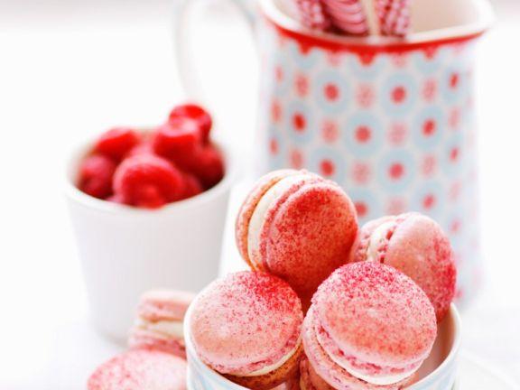 Pinke Macarons mit Himbeeren