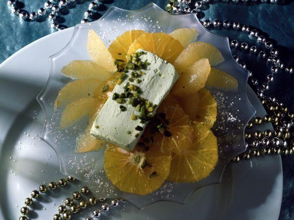 Pistazieneis auf marinierten Orangen- und Grapefruitfilets