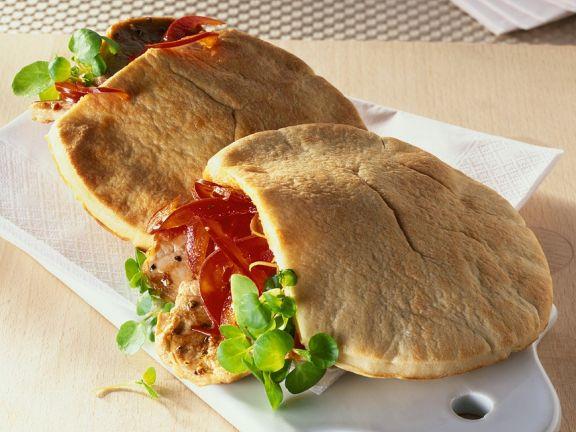 Pitabrot mit Schweinefleisch und Paprika gefüllt