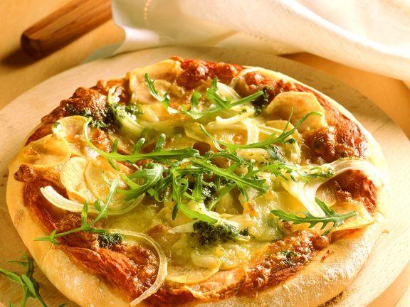 Pizza aus Kartoffelteig mit Rucola