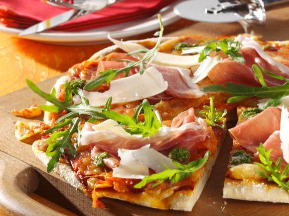 Pizza Margherita mit Parmaschinken und Rucola