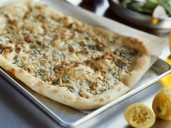 Pizza mit Blauschimmelkäse, Birne und Nüssen