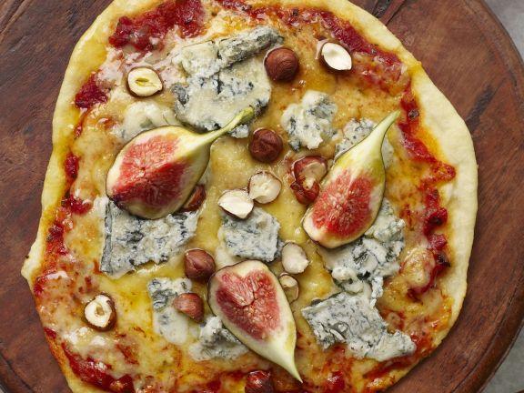 Pizza mit Blauschimmelkäse, Feigen und Nüssen