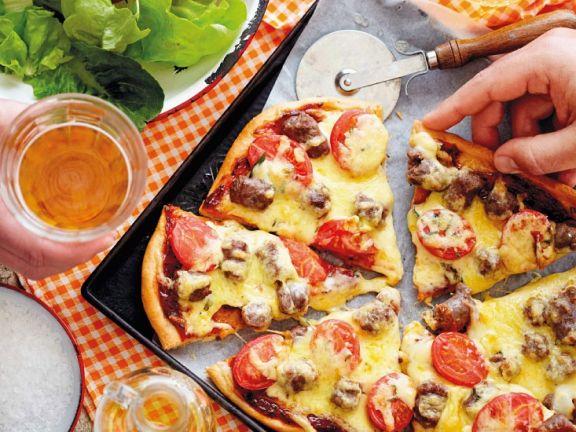 Pizza mit Bratwurst und Käse