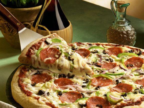 Pizza mit Käse und Salami