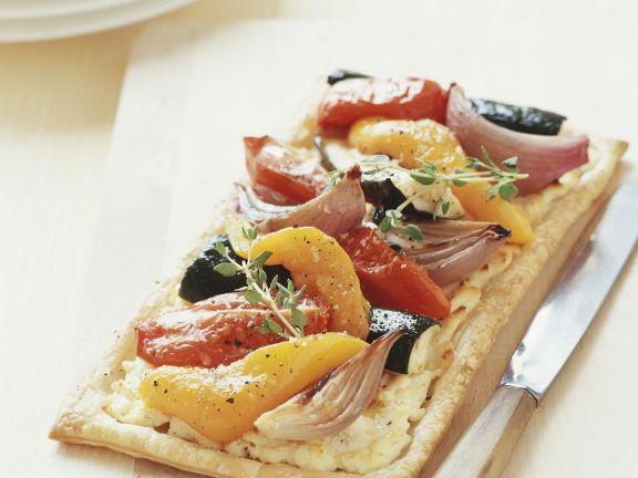 Pizza mit Kichererbsencreme und Gemüse