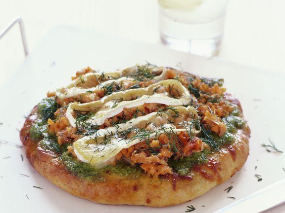Pizza mit Lachs, Camembert und Pesto