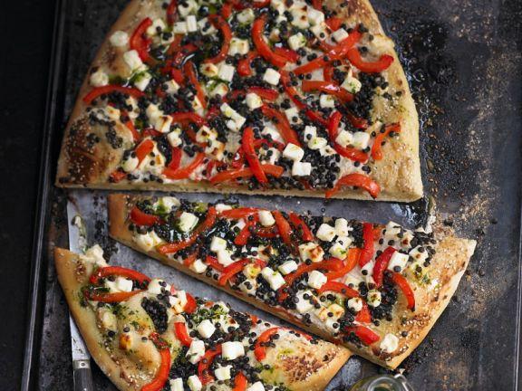 Pizza mit Linsen, Paprika und Schafskäse