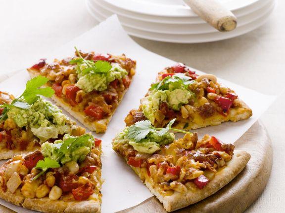 Pizza mit Mais, Paprika und Avocadocreme