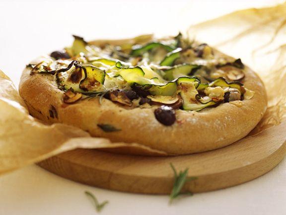 Pizza mit Oliven und Zucchini