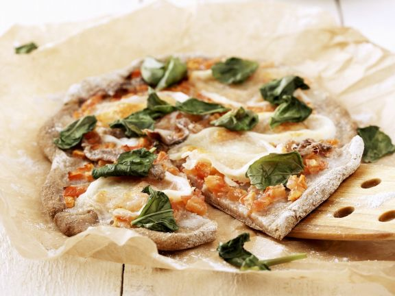 Pizza mit Sardellen und Basilikum
