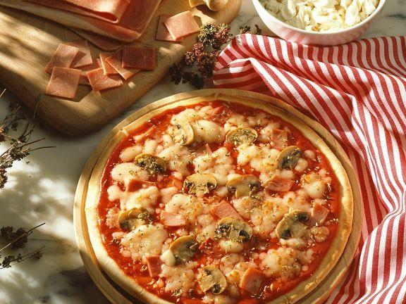 Pizza mit Schinken und Champignons